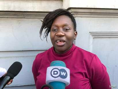 Belinda Chinowawa of Zimbabwe Lawyers for Human Rights, who represented Zimbabwean citizens living in the diaspora, speaks to reporters in Harare, May 30, 2018, after the country's Constitutional Court's Full Bench dismissed her clients' claim. (...