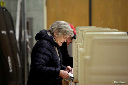 Voters fill out their ballot at a polling place during a runoff election for mayoral candidates Toni Preckwinkle and Lori Lightfoot in Chicago, Illinois, April 2, 2019.