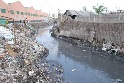 Chemicals from tanneries are dumped untreated into canals leading to the river. (A. Yee/VOA)