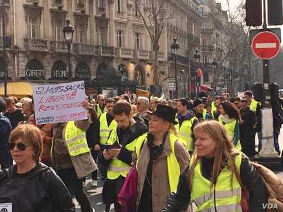 "The 19th edition of the ""yellow vest"" protests in Paris was largely peaceful. (L. Bryant/VOA)"