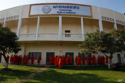 Cambodian Buddhist wait outside the court hall before they attending the hearings against two former Khmer Rouge senior leaders, at the U.N.-backed war crimes tribunal on the outskirts of Phnom Penh, Cambodia, Nov. 16, 2018.