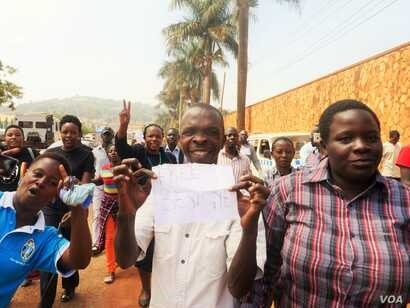 Besigye supporters make their way down to the main road. Arrests followed not long after.  (L. Paulat/VOA)