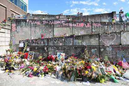 Flowers and memorial writings at the No Nazis rally in Portland. (R. Taylor/VOA)