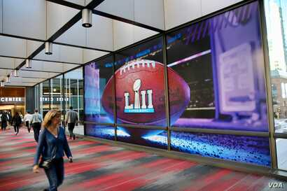 Minneapolis residents walk through the Skyway, elevated pedestrian tunnels that connect more than 18 kilometers of the city. Minneapolis is also home to this week's Super Bowl. (B. Allen/VOA)