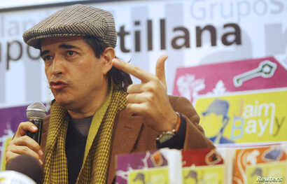 Peruvian novelist and TV talkshow host Jaime Bayly speaks during a news conference in Lima's Country Hotel, Feb. 16, 2010.