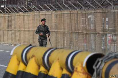 A South Korean soldier runs along a military fence on the road leading to the truce village of Panmunjom at a South Korean military checkpoint in the border city of Paju near the Demilitarized Zone (DMZ), Nov.  14, 2017.