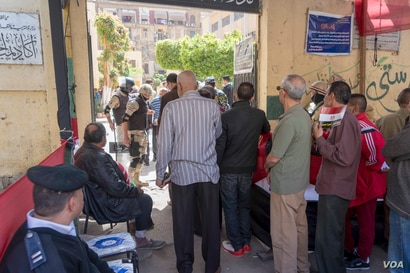 Egyptians line up in front of a polling station in downtown Cairo. Monday, March 26, 2018. (H. Elrasam for VOA)