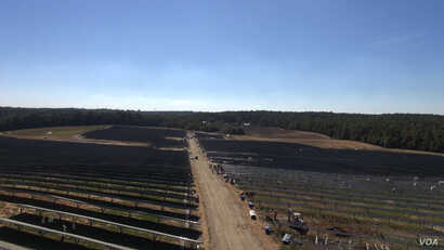 Workers are installing solar panels at a Duke Energy solar farm in Union County, North Carolina. The mid-Atlantic state ranks second, nationally, in solar capacity. (N. Yaqub/VOA)