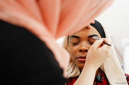 Khoda Kheir, 30, receives a Halal eyebrow treatment  at the Le'Jemalik Salon and Boutique in Brooklyn, New York, June 21, 2017.
