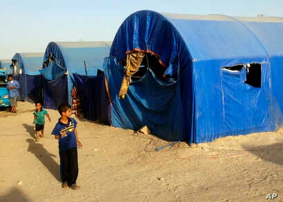 Displaced civilians from Ramadi live in a camp set up for displaced refugees in Habaniyah, 80 kilometers (50 miles) west of Baghdad, May 13, 2015.