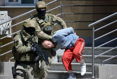 Bosnian Serb police escort a man suspected of links with Islamic extremists to court in the town of Banja Luka, Bosnia, May 8, 2015.