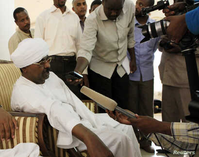 Sudanese intelligence chief Salah Abdallah Mohamed Saleh, also known as Salah Gosh, talks to the media in Khartoum, Sudan, July 10, 2013. Salah Gosh resigned from his post Saturday.