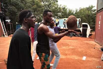 The Yoyo Tinz festival this year was a celebration of all things hip-hop in Ghana, including dance. (S.Knott/VOA)