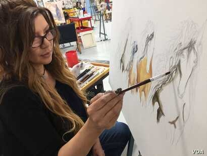 Renee Chavez, from the Isleta Pueblo in New Mexico, paints horses, Santa Fe, N.M., Oct. 9, 2019. Julie Taboh/VOA