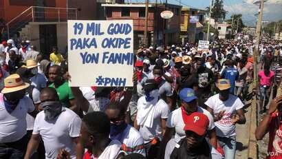 """Haiti police protest in Port au Prince, Sunday, Oct 27, 2019. Poster says """"19,000 (about 1,900 US dollars) Gourdes cannot support a family."""" (Matiado Vilme / VOA Creole)"""