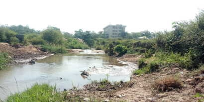 An open defecation site in Abuja close to houses. (Timothy Obiezu/VOA)