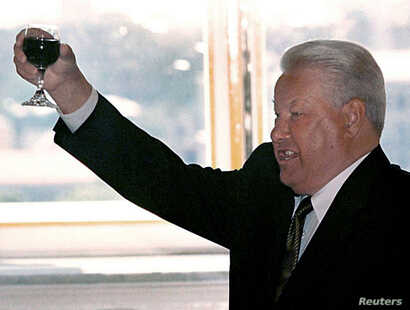 Russian President Boris Yeltsin (L) makes a toast during a meeting with graduating cadets of Russian military schools June 28…