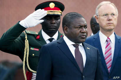Mozambique President Filipe Nyusi (C) attends a wreath laying ceremony at the Tomb of the Unknown Soldier in central Moscow, on…
