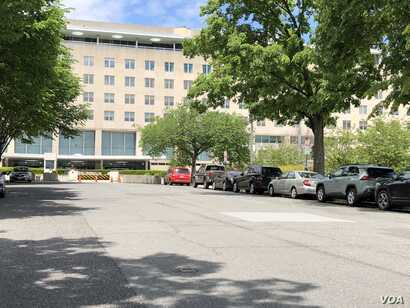 One red cab is seen parked in front of State Department's Harry S. Truman building. The area is usually bustling, with a long line of cabs parallel-parked with other cars in pre-coronavirus times. (Nike Ching/VOA)