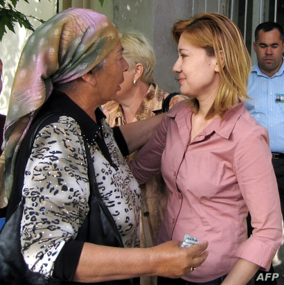 Umida Niyazova (R) speakes with unidentified woman as she leaves a prison in Tashkent, 08 May 2007. Independent Uzbek…