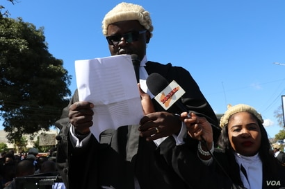 John Suzi Banda reads a statement of judicial independence during demonstrations in Blantyre, Malawi, June 17, 2020. (Lameck Masina/VOA)