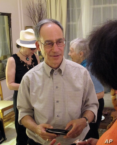 In this Oct. 8, 2013 photo, Robb Kushner, center, talks with Alicia Evans during a Death Cafe discussion in a New York City…