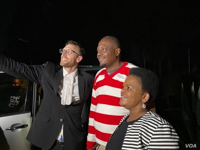 Doug Coltart and Beatrice Mtetwa from Zimbabwe Lawyers for Human Rights frank their client journalist Hopewell Chin'ono release at Chikurubi Maximum Prison in Harare, Sept. 2, 2020. (Columbus Mavhunga/VOA)