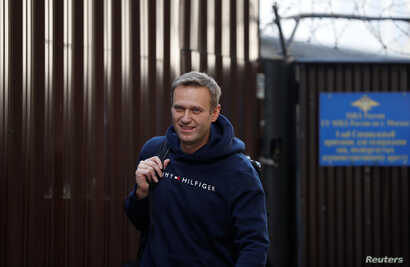 Russian opposition leader Alexei Navalny walks out of a detention centre after he was jailed for 30 days for calling an unauthorised protest in Moscow, Russia August 23, 2019. REUTERS/Evgenia Novozhenina