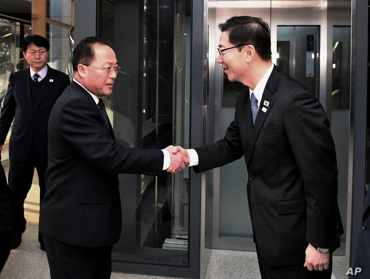 In this photo provided by S. Korea Unification Ministry, S.  Korean Vice Unification Minister Chun Hae-sung, right, shakes hands with the head of N.  Korean delegation Jon Jong Su before their meeting at Panmunjom in the Demilitarized Zone in Paju, S...