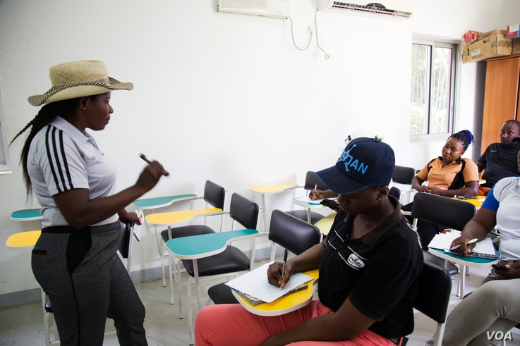 Mbuko teaches her players golf theory and fundamentals. (Chika Oduah for VOA)