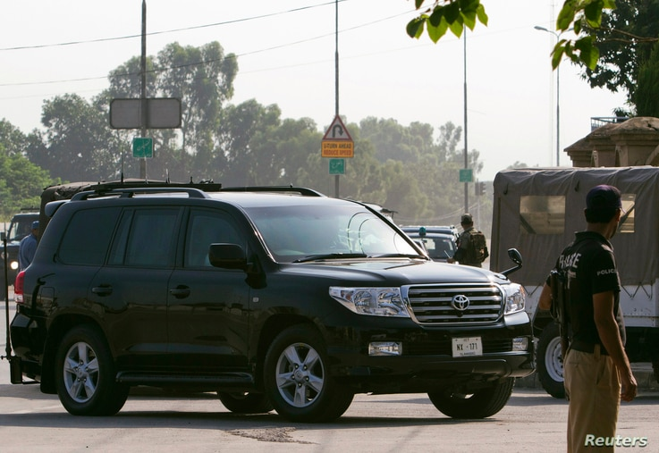 A car carrying former Pakistani President Pervez Musharraf, who is the head of the All Pakistan Muslim League (APML) political party, arrives at an anti-terrorism court in Rawalpindi, August 20, 2013.