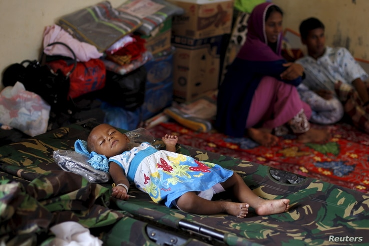 A Rohingya child, who recently arrived in Indonesia by boat, sleeps inside a shelter in Kuala Langsa, in Indonesia's Aceh Province, May 19, 2015.  United Nations agencies urged Indonesia, Malaysia and Thailand on Tuesday to step up sea rescue operati...