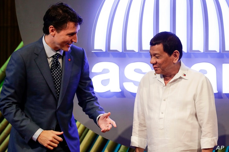 Canadian Prime Minister Justin Trudeau, left, talks to Philippine President Rodrigo Duterte before the opening ceremony of the 31st Association of Southeast Asian Nations (ASEAN) Summit in Manila, Philippines, Nov. 13, 2017.