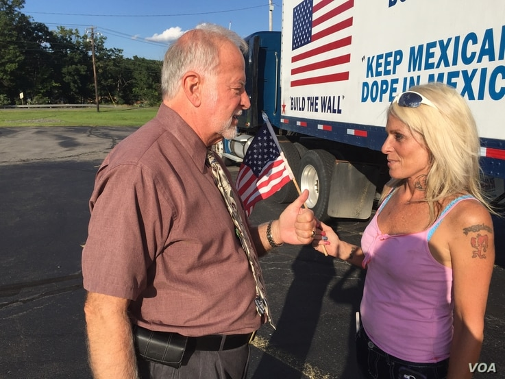 Businessman and Trump supporter Bob Bolus talks to driver Kishan Markarian, who questions whether either candidate is good for the country, in Scranton, Pennsylvania. (A. Pande/VOA)