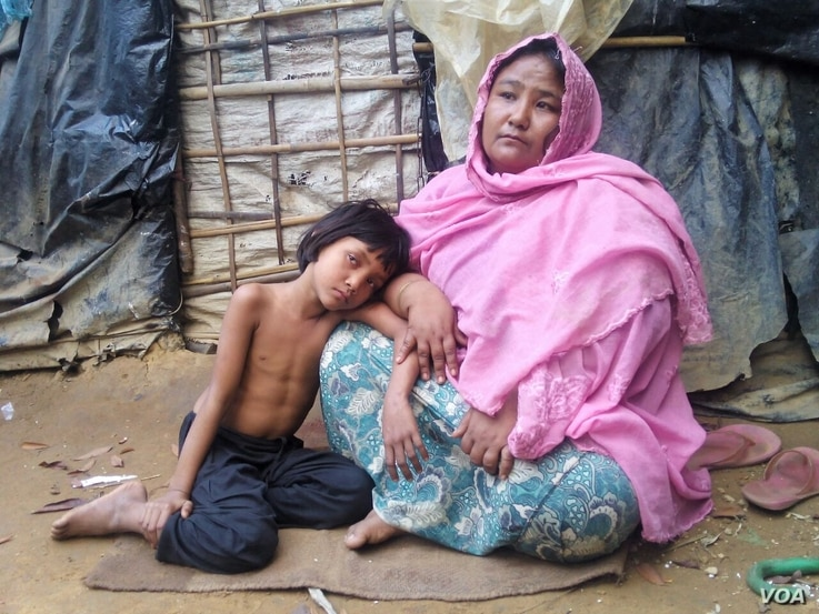 Noor Jahan and her daughter at an unidentified Rohingya village in Bangladesh (Dec. 28, 2016). (Saiful Islam for VOA)