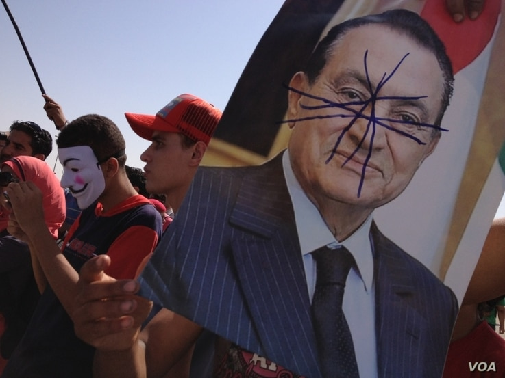 Crowds outside the court in Cairo as Mubarak's sentence was given, Saturday, June 2, 2012 (VOA's Y. Weeksk)