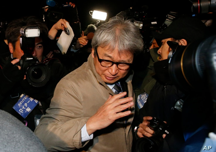 Motonari Otsuru, center, defense lawyer of former Nissan chairman Carlos Ghosn, is surrounded by journalists as he leaves the Tokyo Detention Center where Ghosn and another former executive Greg Kelly are being detained, in Tokyo, Dec. 20, 2018.
