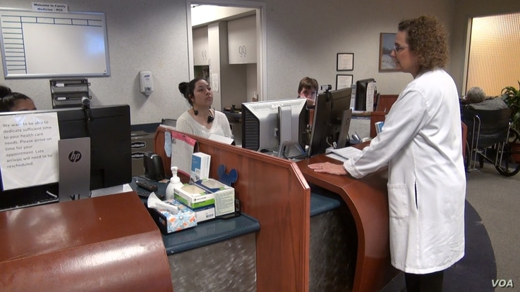 Clinic founder Dr. Fern Hauck consults with staff at a reception area at the International Family Medicine Clinic. (J.Soh/VOA)