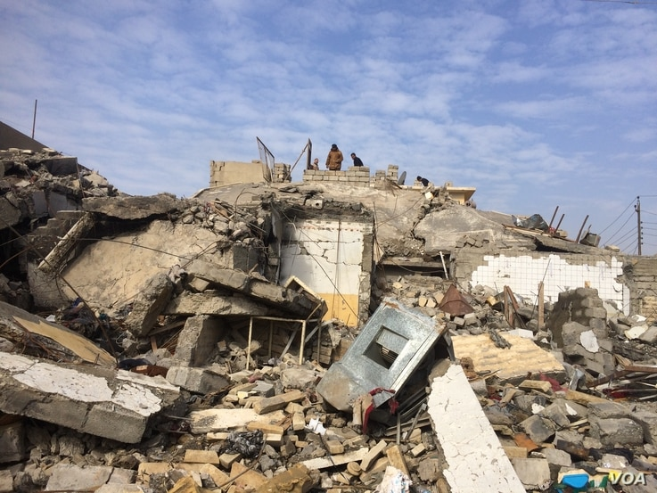 Families sift through the destruction as many homes, hospitals and other buildings were destroyed by Islamic State or in the fighting over the past four months in Mosul, Iraq, Jan. 30, 2017. (H. Murdock/VOA)