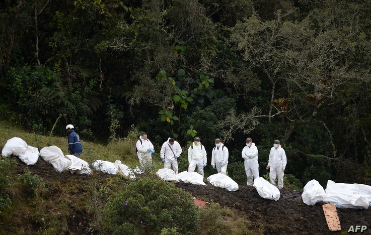 Rescue teams recover the bodies of victims of the LAMIA airlines charter that crashed in the mountains of Cerro Gordo, municipality of La Union, Colombia, Nov. 29, 2016 carrying members of the Brazilian football team Chapecoense Real.