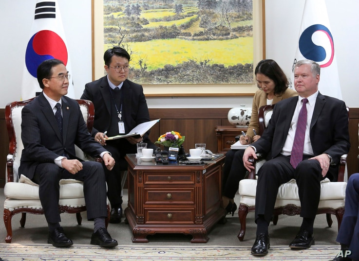 FILE - South Korean Unification Minister Cho Myoung-gyon (L) talks with U.S. special representative for North Korea Stephen Biegun, (R) during a meeting at the government complex in Seoul, South Korea, Oct. 30, 2018.