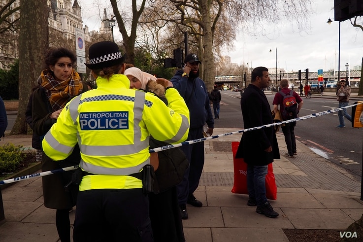Police prevent members of the public to from approaching the scene of the attack in London, March 22, 2017. (Photo: R. James / VOA)