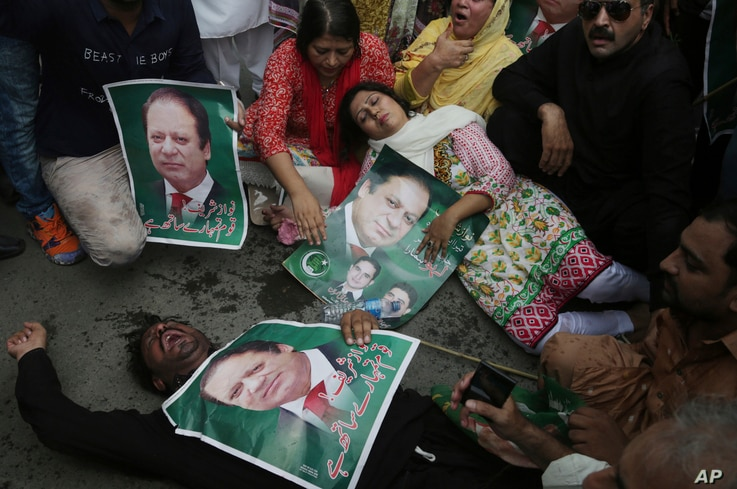 Supporters of the Pakistani ruling party Muslim League headed by Nawaz Sharif gesture during rally to condemn the dismissal of their leader in Lahore, Pakistan, Pakistan, July 28, 2017.