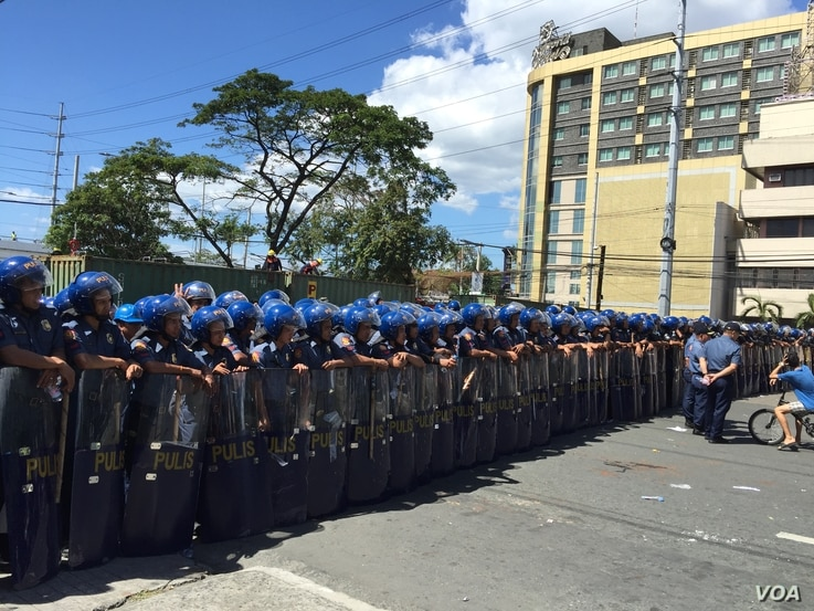 Hundreds of Philippine riot police wall-off a road that leads to the main retreat hall, some kilometers away, of the Asia-Pacific Economic Cooperation leaders. Pasay City, Metro Manila, Philippines, Nov. 19, 2015. (S. Orendain/VOA)