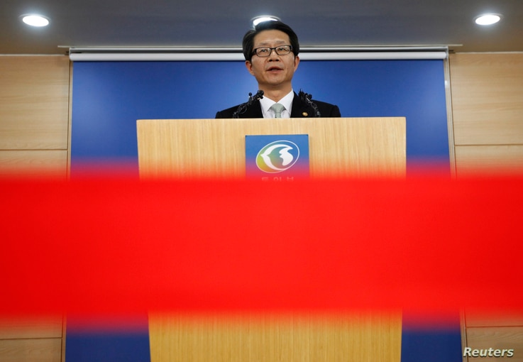 South Korea's Unification Minister Ryoo Kihl-jae releases a government statement during a news conference at the unification ministry in Seoul, April 26, 2013.