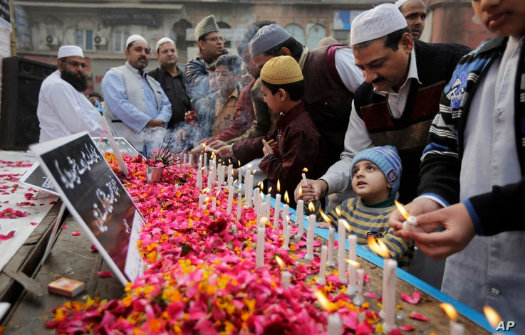 Indian Muslims pay tribute to Indian soldiers killed in the recent Pathankot air base attack, outside a mosque in New Delhi, India, Jan. 8, 2016.