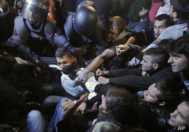 Police clash with protestors during a demonstration against austerity measures announced by the Spanish government, at the parliament in Madrid, Spain, September 26, 2012.