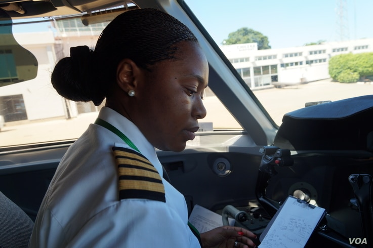 In the cockpit, captain Yolanda Ndala-Kaunda goes through the flight instruction pack, at Chileka International Airport in Blantyre, Malawi, March 16, 2017. (L. Masina/VOA)