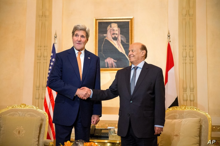 U.S. Secretary of State John Kerry, left, shakes hands with President of Yemen Abd Rabbo Mansour Hadi, for photographs, at the Al-Nasarieh Guest Palace in Riyadh, Saudi Arabia, May 7, 2015.