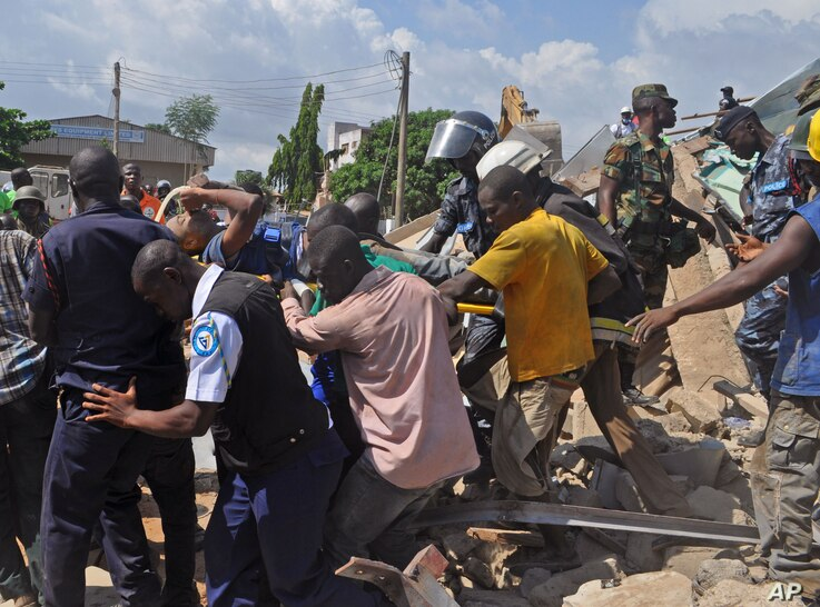 Rescue workers carry a man from a collapsed building in Accra, Ghana, November 7, 2012.